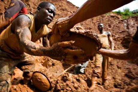 Mine d'or près du village de Kobu au Nord-est du Congo, 2009. REUTERS/Finbarr O'Reilly