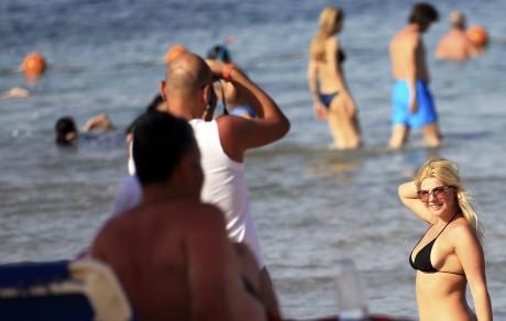Un touriste prend sa compagne en photo à Sharm el-Sheikh. REUTERS/Amr Abdallah Dalsh