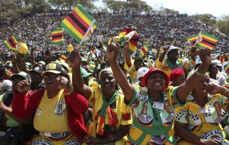 La foule acclamant Mugabe lors de la journée de commémoration des héros à Harare. REUTERS/Philimon Bulawayo