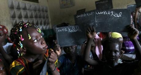 Des élèves d'une école d'Abidjan, avril 2012 / Reuters