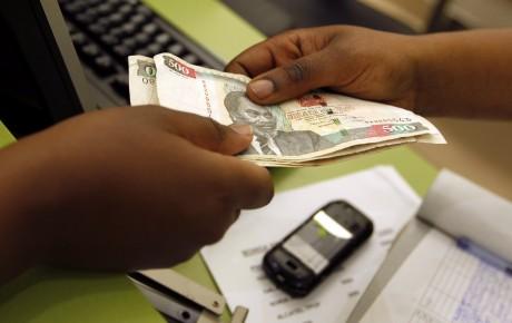 Un transfert d'argent au Kenya REUTERS/Thomas Mukoya