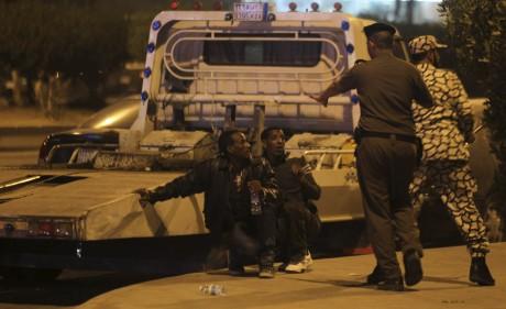 Des membres des forces de sécurités saoudiennes procèdent à l'arrestations de migrants ethiopiens. REUTERS/Faisal Al Nasser