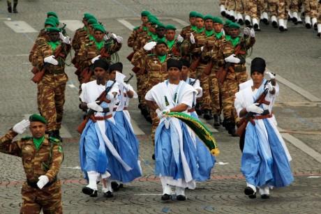 Troupes de l'armée Mauritanienne qui descendent les Champs Elysée, REUTERS/Mal Langsdon