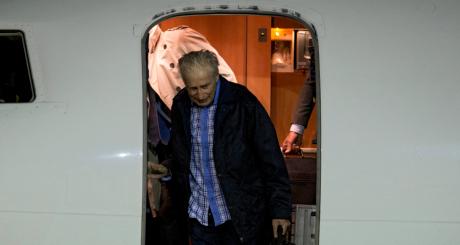 Francis Collomp à sa sortie d'avion, Villacoublay, le 18 novembre 2013 / AFP