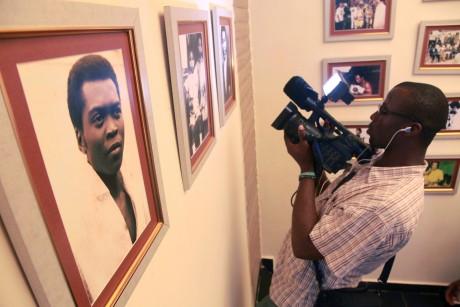 Un cameraman devant une photo de Fela Kuti dans un musée de Lagos. REUTERS/Akintunde Akinleye