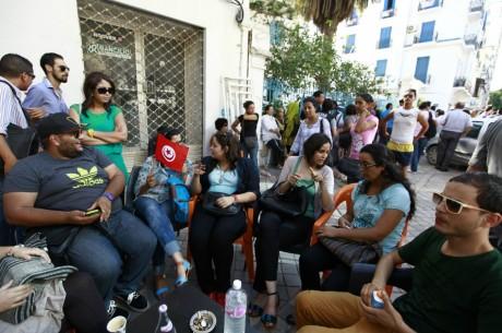 Journalistes Tunisiens assis dans un café à Tunis, REUTERS/Anis Mili