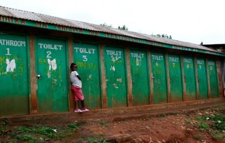 Une jeune fille qui attend devant des toilettes à Nairobi, REUTERS/Thomas Mukoya