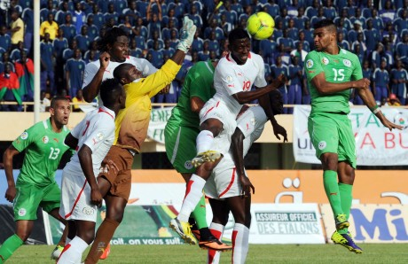 Tête de l'algérien Hilal Soudani lors du match aller à Ouagadougou. FAROUK BATICHE / AFP
