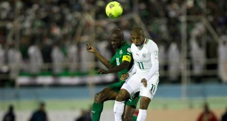 Charles Kaboré (Burkina) aux prises avec Yacine Brahimi (Algérie) à Blida, 20 novembre 2013 / Reuters