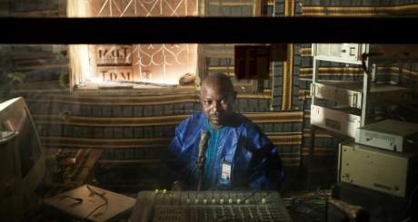 Le présentateur Kader Touré dans les studios de Radio Annia à Gao REUTERS/Joe Penney