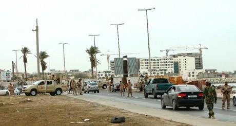 Un check-point à l'entrée de Tripoli, Libye, 18 novembre 2013 / Reuters
