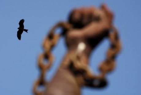 Oiseau volant à côté d'une statue commémorant la libération des esclaves, Gorée au Sénégal. REUTERS/Finbarr O'Reilly