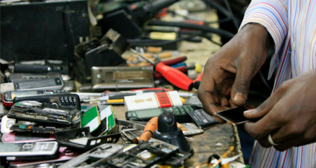 Réparateur de téléphones portables, Lagos, Nigeria / Reuters