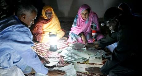 Dépouillement dans un bureau de vote en Mauritanie / Reuters