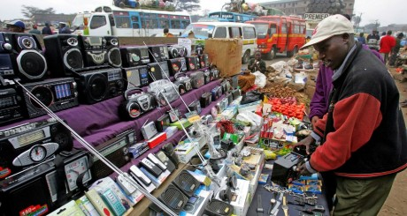 Vendeur ambulant de contrefaçons, Kenya / Reuters