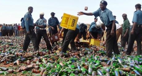 La Hisbah détruisant des bouteilles de bières à Kano / AFP