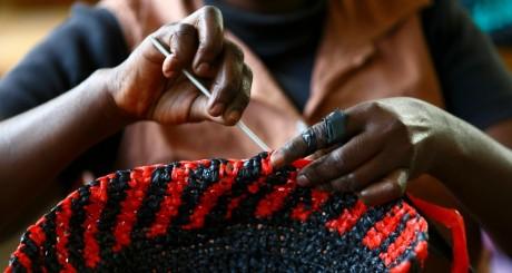 Fabrication d'un panier pour soutenir la lutte contre le VIH / Reuters