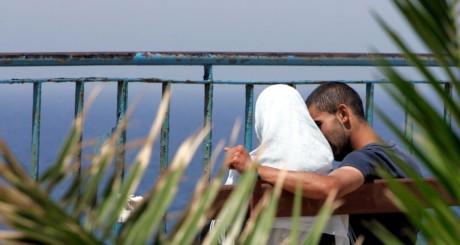 Couple de jeunes sur un banc à Bab-el-Oued, Alger / Reuters
