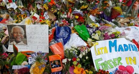 Gerbes de fleurs devant le domicile de Mandela à Johannesburg, 8 décembre / REUTERS