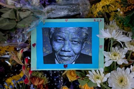 Une photographie de Nelson Mandela devant l'hôtel de ville de Cape Town, REUTERS/Mark Wessels