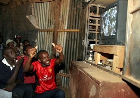 Des supporters kényans célèbrent un but de Manchester United. REUTERS