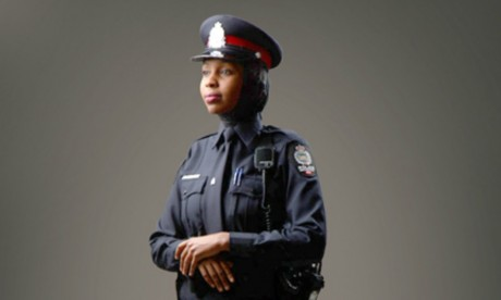 Uniforme avec l'option hijab . Capture écran. © Police d'Edmonton.