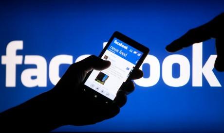 Un utilisateur de Facebook montrant l'application sur son smartphone,  REUTERS/Dado Ruvic