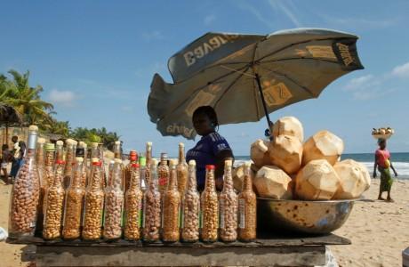 Vendeuse à la sauvette sur une plage de Grand-Bassam, en Côte d'Ivoire, REUTERS/Luc Gnago