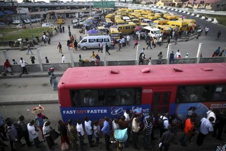 Des Nigérians attendent de prendre le bus à Lagos. REUTERS/Akintunde Akinleye