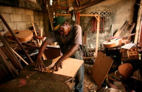 Un homme fabriquant une guitare à Kinshasa en RDC, REUTERS/Goran Tomasevic