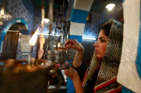 Une juive allumant un cierge  d'un pèlerinage à la synagogue de la Ghriba à Djerba, REUTERS/Anis Mili