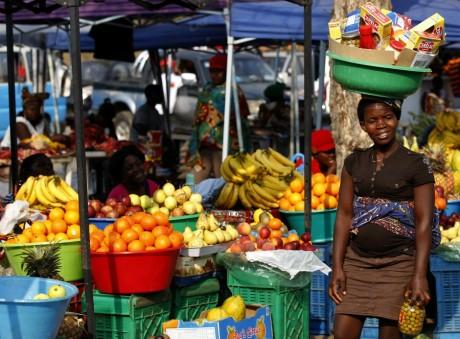 Une femme au marché de Luanda en Angola, REUTERS / Siphiwe Sibeko