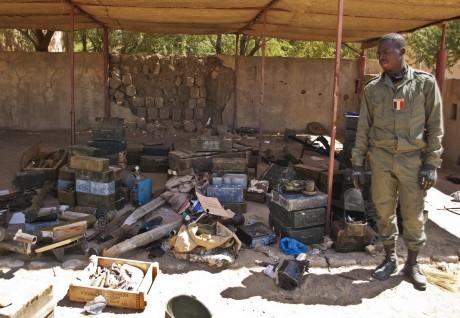 Un soldat expose les munitions laissées par les islamistes à Tombouctou. REUTERS/Francois Rihouay