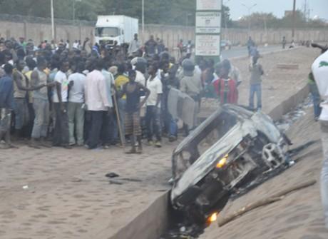 accident mortel ouagarinter le v hicule incendi par les riverains slate afrique. Black Bedroom Furniture Sets. Home Design Ideas