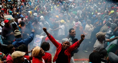 Manifestation contre le mal-logement Cape Town, octobre 2013 / Reuters
