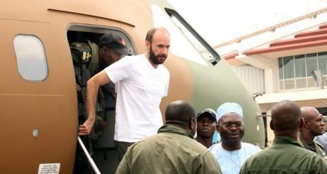 Le père Vandenbeusch débarquant d'un avion militaire, à Yaoundé, 31 décembre 2013. REUTERS/Darzee Kalend