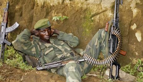 Un soldat congolais en lutte contre le M23 fait une pause. REUTERS/Kenny Katombe