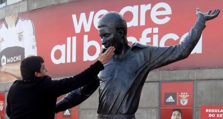 Statue d'Eusebio devant le Luz Stadium de Lisbonne / AFP