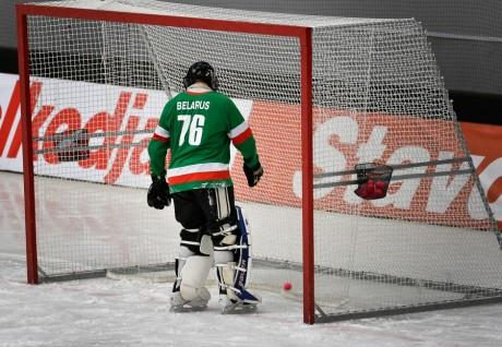 Le gardien de but de la Biélorussie Dmitry Sergeev aux championnats du monde de bandy, REUTERS / Anders Wiklund