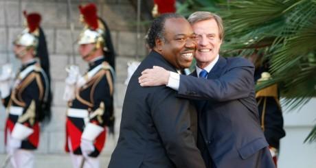 Accolade entre Bernard Kouchner et le président gabonais, Ali Bongo. REUTERS/Remy de la Mauviniere