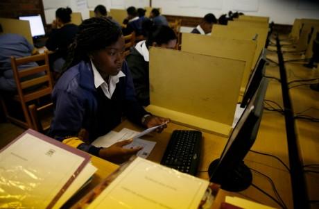 Des élèves utulisant des ordinateurs pour étudier à Elswood en Afrique du sud, REUTERS / Mike Hutchings