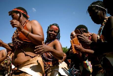 Communauté des Bushmen d'Afrique du Sud éxécutant une danse de célébration, REUTERS / Siphiwe Sibeko