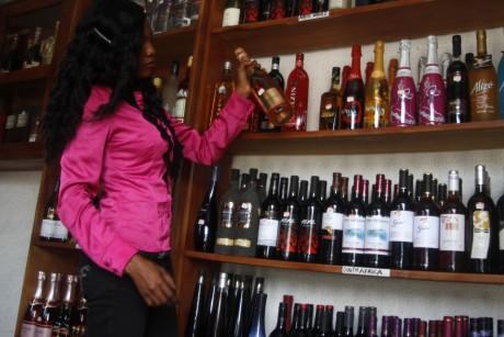 Une boutique de vin à Lagos. REUTERS/Akintunde Akinleye