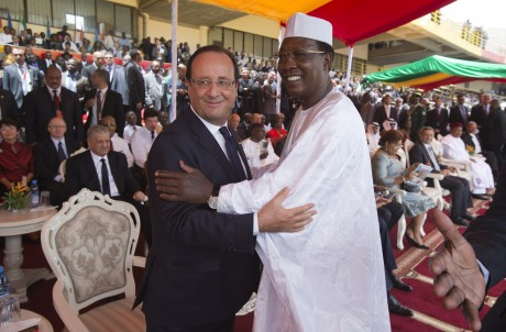 L'accolade de François Hollande à Idriss Déby au Mali. REUTERS/Michel Euler/Poo