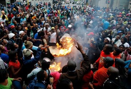 Manifestation contre le manque de logements à Cape Town, REUTERS/Mike Hutchings