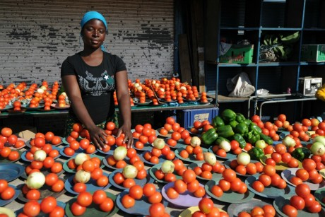 Vendeuse de tomates dans une rue de  Johannesburg. AFP/Monirul Bhuiyan