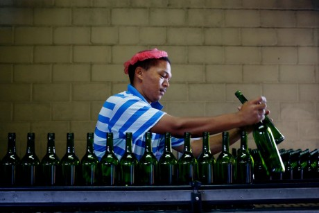 Un ouvier d'une usine d'embouteillage de vin à Cape Town, REUTERS / Mike Hutchings