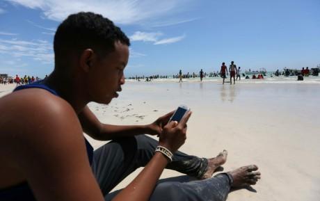 Un homme sur une plage de Mogadiscio, REUTERS/Feisal Omar