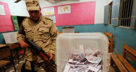 Un soldat contrôle le dépouillement des votes, Le Caire, 15 janvier 2014. REUTERS/Mohamed Abd El Ghany