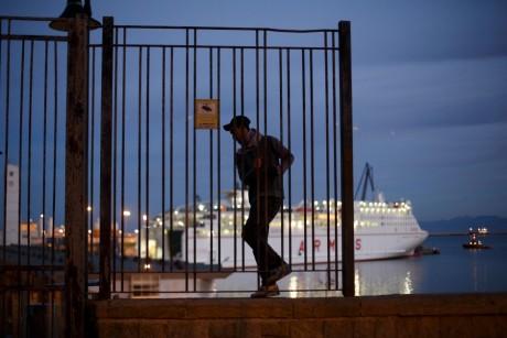 Un Marocain près du port de Melilla en Espagne, REUTERS / Juan Medina